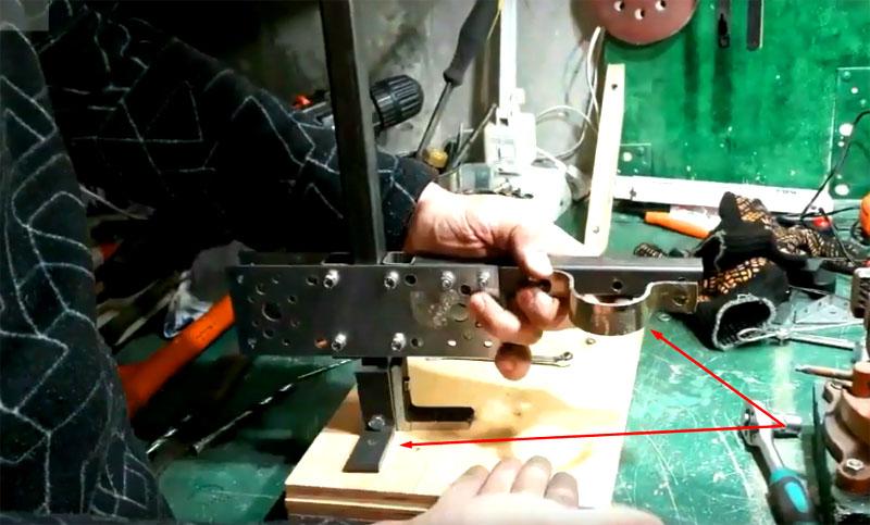 Стойка ставится в угол платформы, чтобы центр тяжести, которым станет дрель, находился по её центру