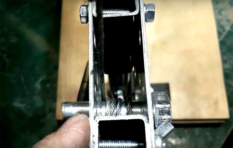 Первый вариант механизма движения рукава с дрелью – лифтовый. Он состоит из вращающегося болта с намотанным на него тросиком, один конец которого закреплён на вершине стойки