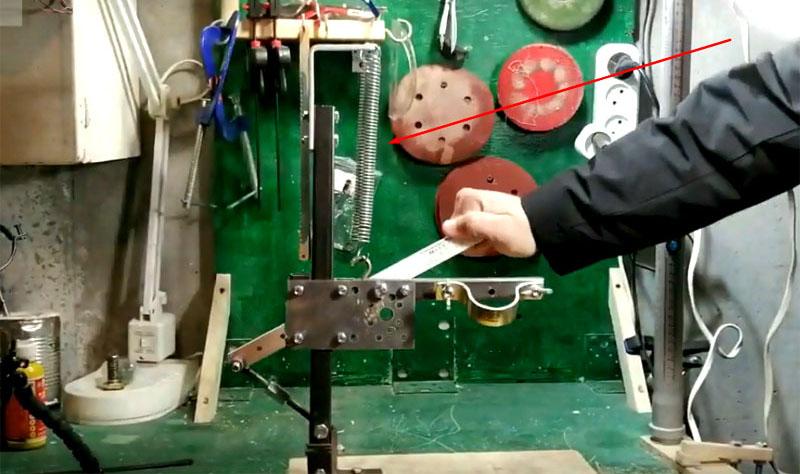 Второй вариант предусматривает подвижный рычаг, который возвращает дрель в исходное положение с помощью пружины