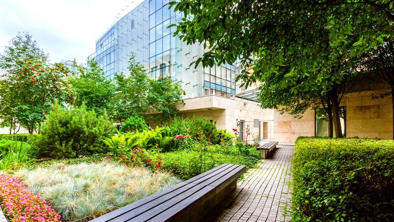 Оформлением внутреннего дворика занимались ландшафтные дизайнеры