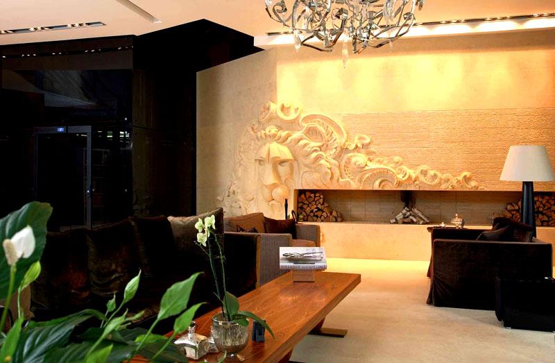 На пол в комнате для переговоров уложено мягкое покрытие светло-бежевого оттенка