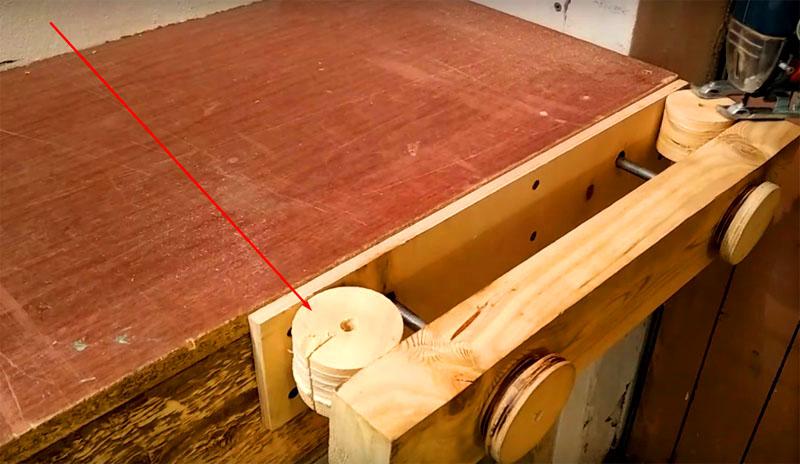 На двух деталях, которые будут по краям барабана, нужно сделать по прямому запилу. Этот запил пригодится вам для фиксации шлифбумаги