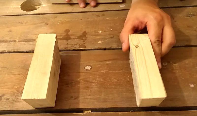 Вам потребуются два бруска с гранью 5-6 см и длиной около 10-12 см