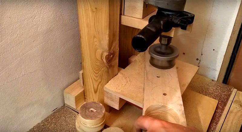 Чтобы сделать барабан, вам потребуется заготовить несколько деревянных деталей с помощью специальной насадки для кругового сверления