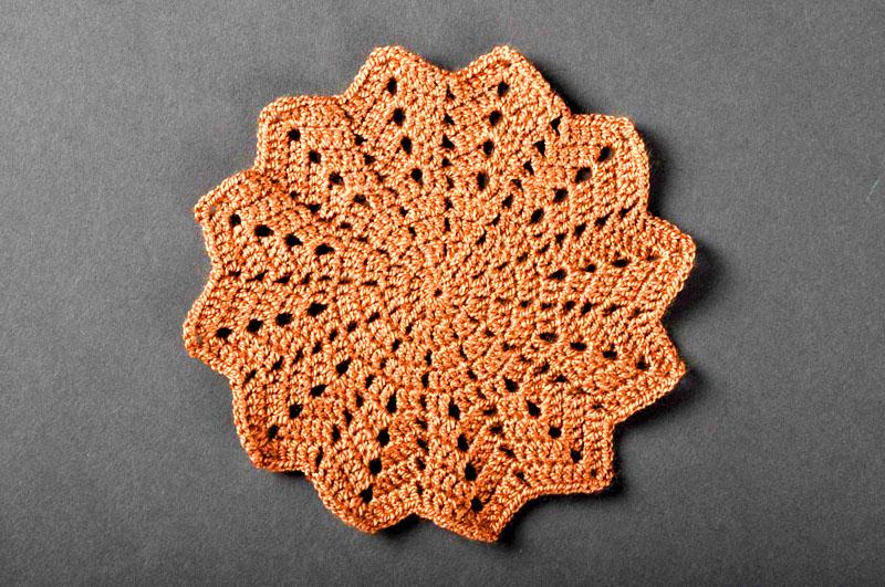 Стандартная форма вязаной прихватки – шестиугольник. Вы можете сделать её одноцветной или использовать несколько разных цветов, чтобы получить яркое и красивое изделие