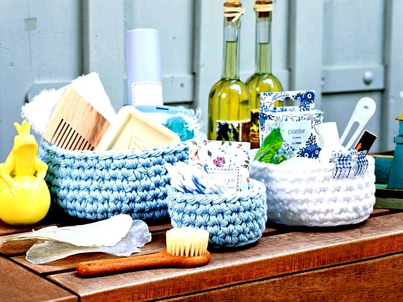 Вязаные корзинки подойдут не только для ванной или гостиной – в них можно хранить пряжу и другие приспособления для рукоделия. Также корзинки будут очень полезны на кухне и подойдут для хранения специй в пакетах, сухих ложек и вилок и других приспособлений