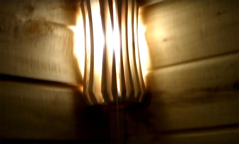 Теперь только нужно закрепить патрон с лампой в парной и установить поверх него деревянный абажур. Лучше всего использовать светодиодные лампы: они более экономичны, не боятся высокой температуры и не лопаются от случайных брызг воды