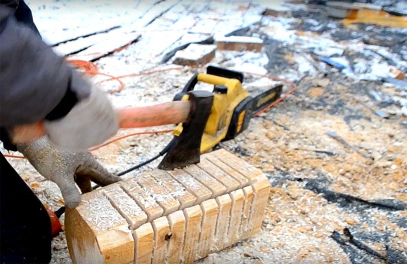 Затем соедините пропилы одним продольным и с помощью топорика выберите древесину. Дальше совершенствовать форму светильника можно той же бензопилой, проходясь кончиком шины по выемке или вручную с помощью зубила и молотка. Нужно выбрать так, чтобы остался слой толщиной примерно в 2 см
