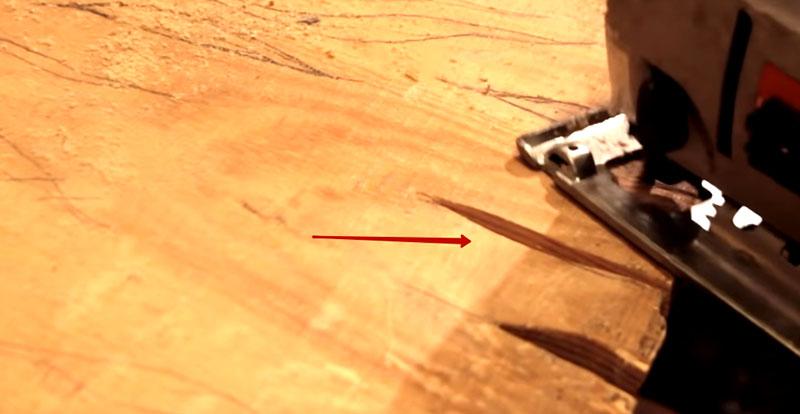 Для усиления эффекта можно делать прорези в какой-нибудь последовательности, к примеру, с центра стола, а можно начать с кромки