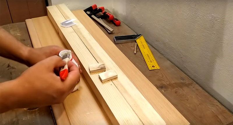 Нужно вклеить кусочки фанеры между кусками бруса с помощью столярного клея. Пока клей сохнет, зафиксируйте конструкцию струбцинами