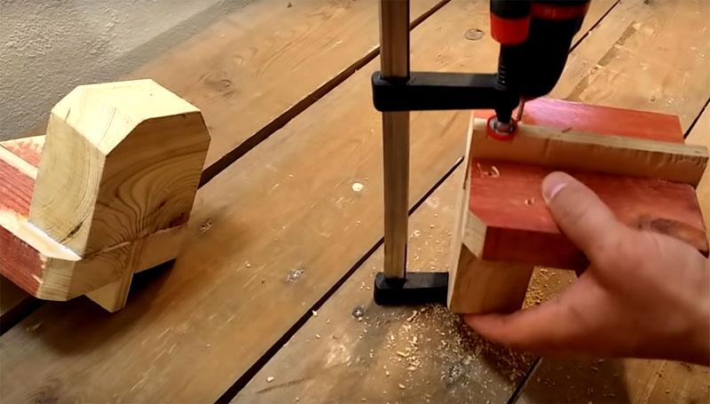 К этой платформе с помощью клея и дополнительного крепежа из саморезов нужно добавить перпендикулярную деталь − стойку