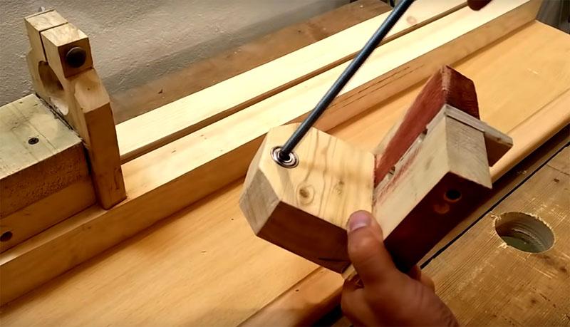 В каждой из двух таких деталей следует сделать сквозное отверстие и вставить в него подшипники с диаметром, подходящим для металлической шпильки, которую вы можете зафиксировать в патроне дрели