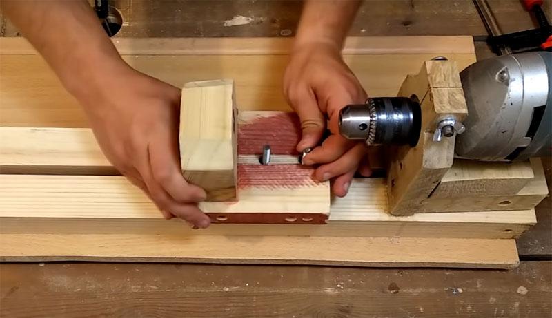 Чтобы эти «каретки» прочно фиксировались между полозьями станка, в них следует сделать два сквозных отверстия под болты. Насадите каретку на болты и стяните «барашками»