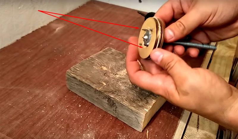 Чтобы крепить болванку, нужно сделать вот такой держатель на шпильке. Он состоит из фанерного кружка с саморезами, закреплённого на шпильке