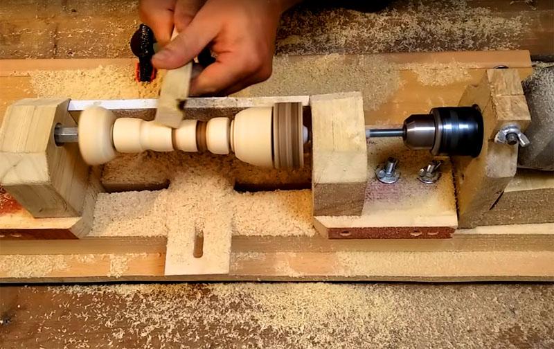 Включайте дрель и наслаждайтесь творческим процессом. Если у вас инструмент с регулируемыми оборотами, то у станка будет больше возможностей. Вы сможете изготавливать детали сложной формы, осуществлять шлифовку и обтачивание
