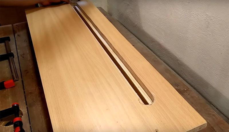 Соединённые между собой таким образом куски бруса нужно дополнительно закрепить на подставке шириной примерно 40 см, в которой тоже есть продольная прорезь стороны
