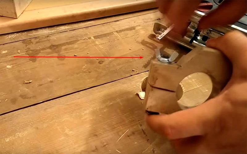 Сквозь пропил вставляется болт с гайкой «барашком». Такая конструкция позволит плотно затягивать и фиксировать дрель на станке