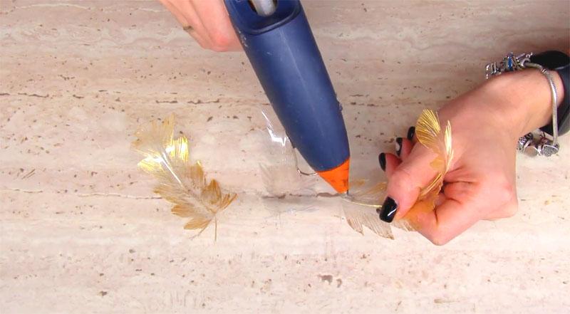 Половина пёрышек из пластика так же подкрашиваются золотистым акрилом