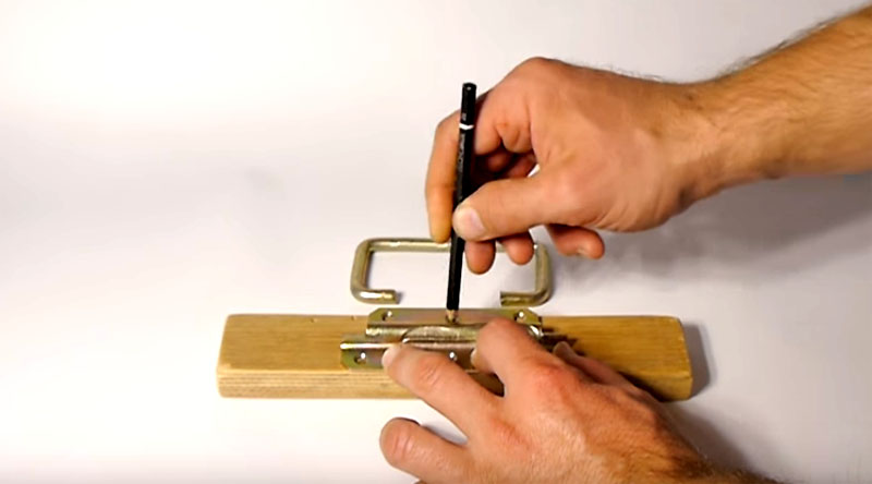 Начало работы – разметка. Ручку нужно установить точно по центру деревянной заготовки. Это важный момент, потому что он влияет на баланс. Нет баланса – нет удобства. Смещение ручки в одну из сторон приведёт к тому, что ваш груз будет перекошен, а это только усложнит его переноску