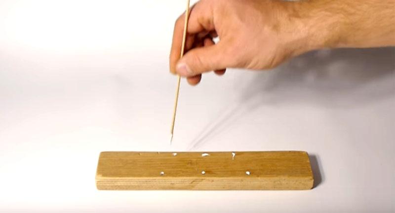 В местах крепления нужно сначала просверлить небольшие отверстия, а потом заполнить их столярным клеем. Это даст дополнительную прочность соединению, и вы сможете без каких-либо сомнений использовать ручку для переноски очень тяжёлых грузов, даже таких, как мешок с цементом