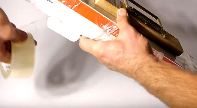 Ответ очень прост: для крепления ручки нужно примотать её к вашей покупке обычным скотчем. Даже если у вас нет скотча с собой, обратитесь к продавцам – у них он всегда есть. Ручку нужно примотать через деревянную часть с двух сторон прямо вокруг упаковки, которую нужно перенести