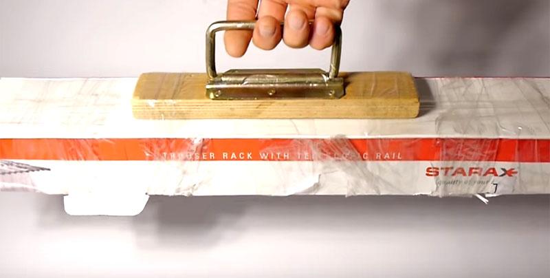 Несколько мотков липкой ленты вокруг основания универсальной переноски прочно зафиксируют вашу покупку, и вы сможете спокойно перенести её или поднять на этаж