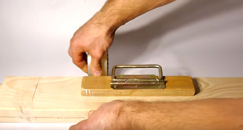 Точно таким образом можно перенести не только небольшие упаковки, но даже стопку длинных досок. Единственное, что нужно при этом соблюсти – это баланс, так что ручку следует разместить точно по центру