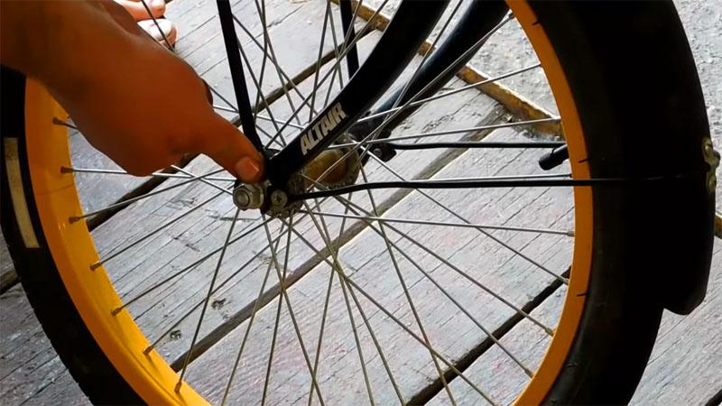 Багажник, снятый сзади, устанавливается над передним колесом