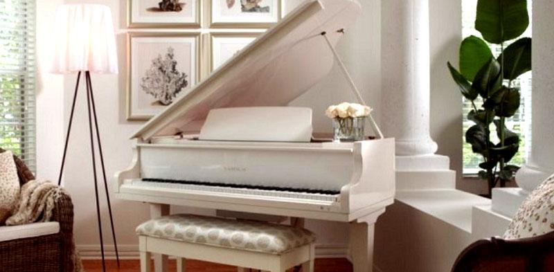 Возле рояля стоит дизайнерский торшер на треноге с абажуром из нежной полупрозрачной ткани