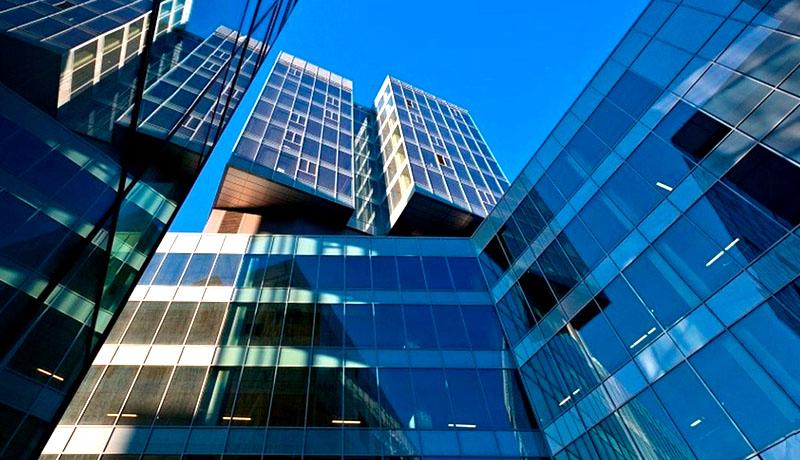 Главные достоинства комплекса – панорамное остекление, высота потолков 3,3 м и энергосберегающая инженерная система