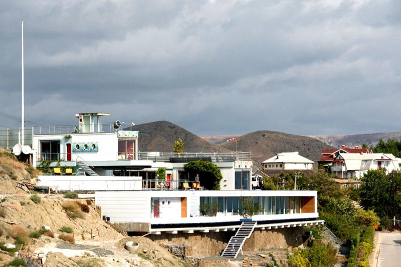 Вилла построена на склоне горы