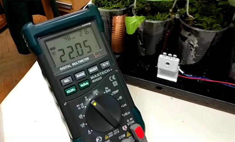 Мультиметр показал, что 24 стаканчика вырабатывают 22 вольт