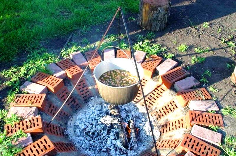 Для такого очага можно использовать остатки кирпича или камни. Так огонь будет совершенно безопасен для вашего участка
