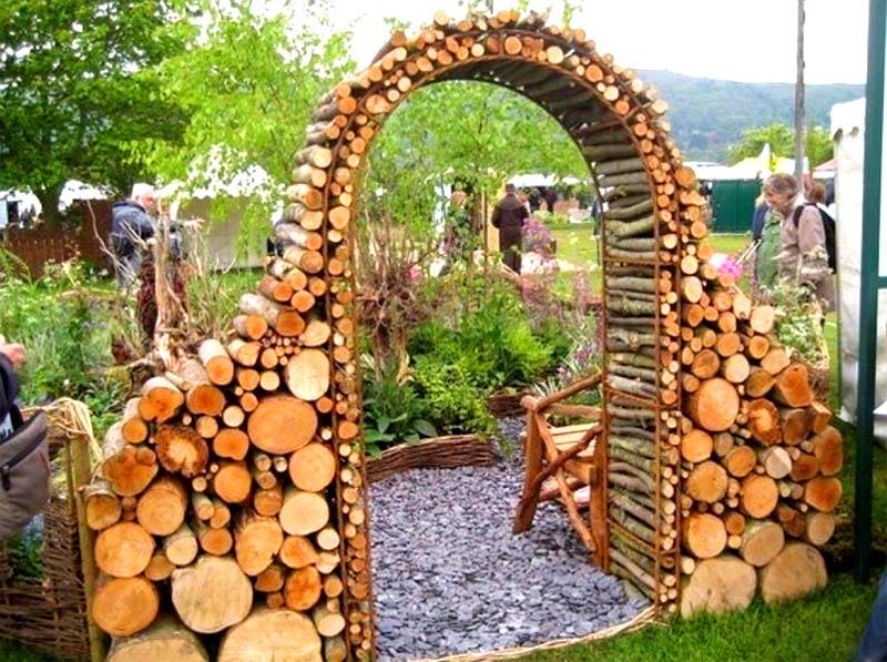 Из дров можно сложить заборчик, или вот такую арку на входе в сад