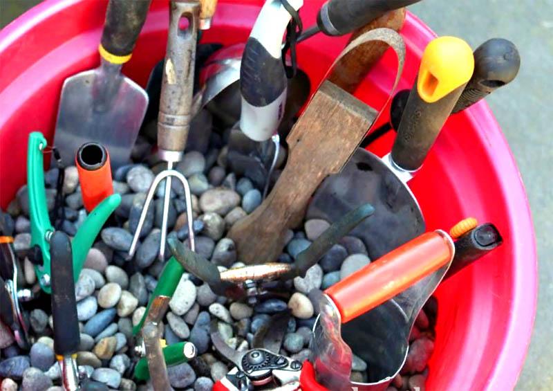Заполните ведро мелкими камнями или речным песком и втыкайте в ёмкость ваш инструмент. Камни и песок как абразив очистят всё
