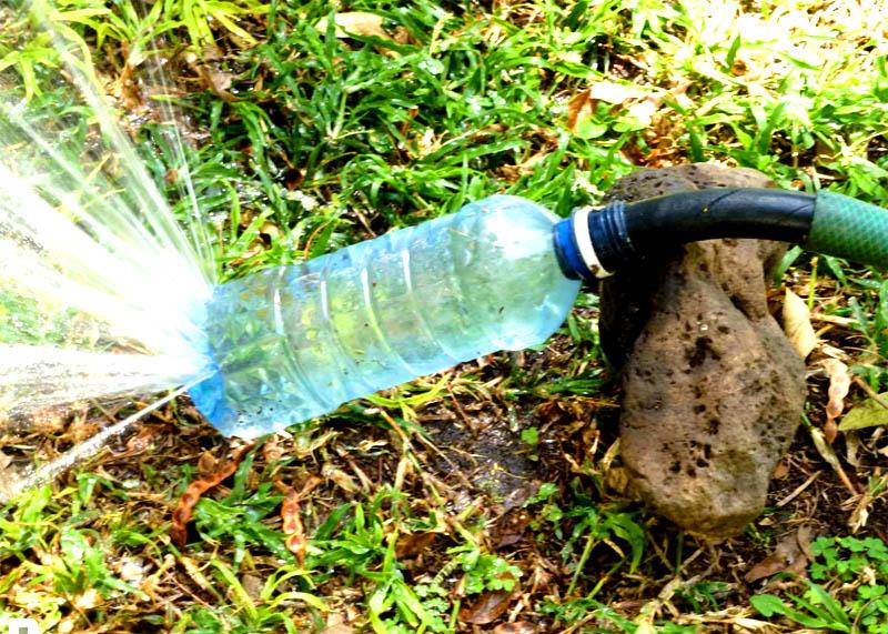 Сделать такой распылитель можно из обычной пластиковой бутылки, просто сделайте у самого донышка несколько мелких отверстий горячей спицей
