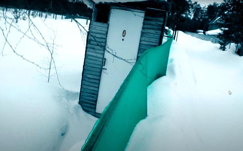 В ответ на возможную критику стоит заметить, что такие ограды неплохо выдерживают и снеговую нагрузку. Опыт автора показал, что даже сугроб, сваленный на сетку трактором-уборщиком, не нанёс забору существенного вреда