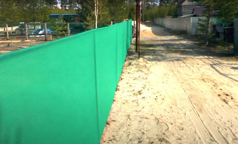 Забор из сетки не остановит и крупных животных. Не стоит ставить его на участке, если вы держите птицу: гусей, кур, индюков. Они острыми когтями и клювами довольно быстро превратят его в лохмотья