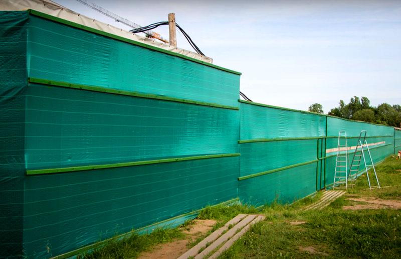 Главную свою задачу такая ограда выполняет весьма успешно: она обозначит границы вашего участка и скроет его от лишнего внимания