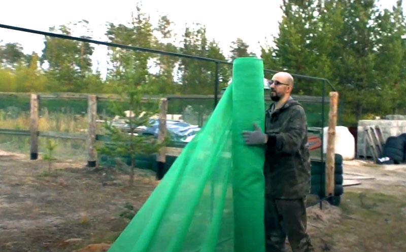 Сетка продаётся рулонами, и для строительства забора нужно брать полотно шириной не менее трёх метров. Его перебрасывают через каркас и крепят двойным слоем, надёжно скрывающим участок от любопытных взглядов