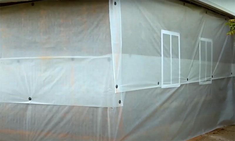 Наружные стены дома необходимо покрыть пароизоляционным материалом. Его крепят на прижимные детали