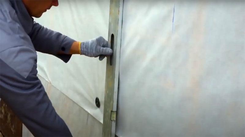 На поверхности этого покрытия размечают места для обрешётки с расстоянием в 40 см. На углах обязательно нужно установить вертикальные детали, а также в месте крепления соединительной планки, если длины сайдинга не хватает для покрытия всей стены