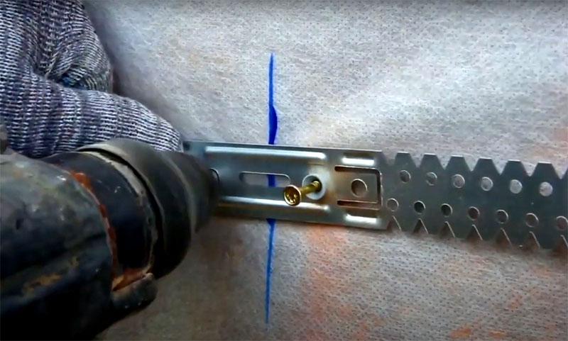 В размеченных точках к стене фиксируют подвесы на саморезы или дюбели в зависимости от материала стены