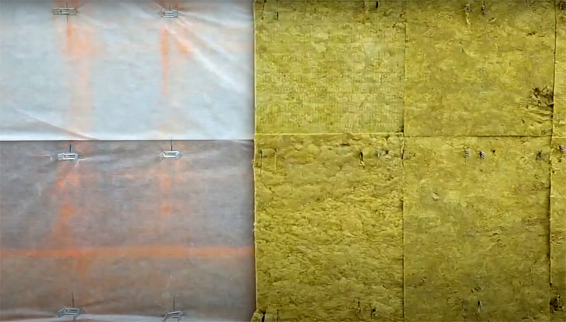 Поверх пароизоляционной плёнки монтируют утеплитель так, чтобы между плитами не было зазоров. В местах крепления подвесов утеплитель нужно проткнуть