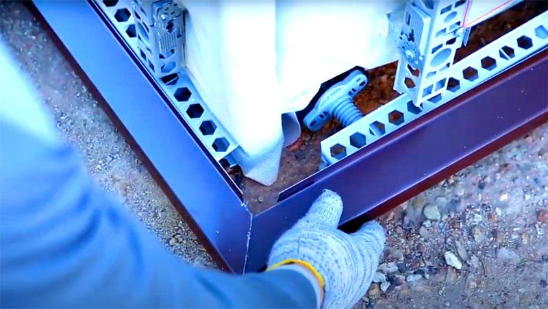 В первую очередь снизу крепят металлический отлив. Он защитит фундамент от атмосферных осадков