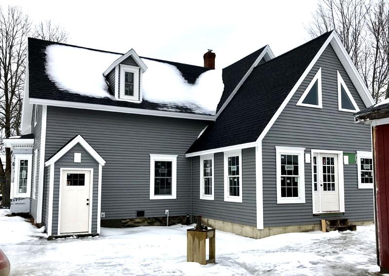 Не рекомендуется использовать винил и для оформления домов в регионах, где зимние температуры опускаются ниже -20 °C. На морозе облицовка становится хрупкой