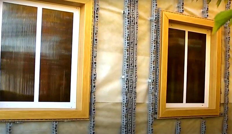 Если нужно обшить стену с оконными проёмами, то сначала вокруг окон нужно смонтировать планки