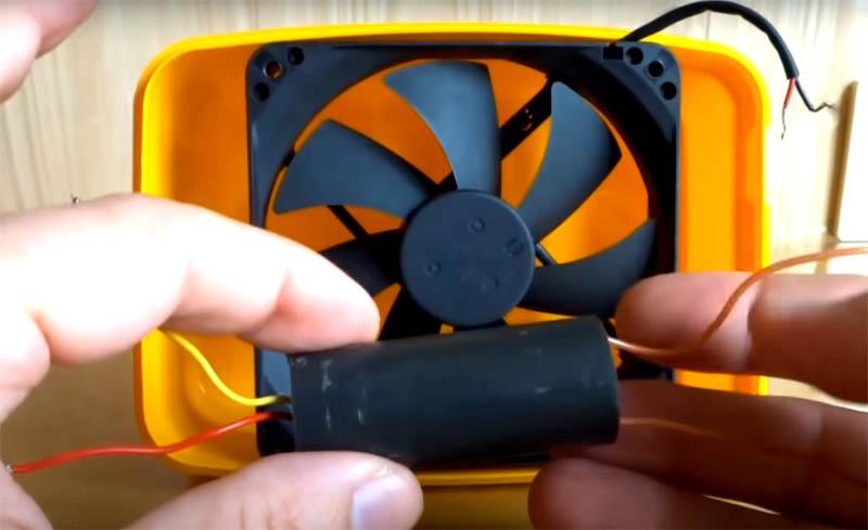 Важная деталь, которая потребуется вам для работы ионизатора – это высоковольтный преобразователь. Его можно купить или кинескоп от телевизора. Такой преобразователь можно собрать и самостоятельно, из транзистора, резистора и трансформатора. Инструкции и схемы вы без труда найдёте в интернете