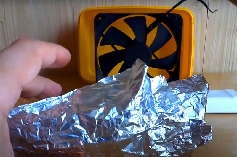 Для ионизации воздуха нужны два электрода. Можно для этой цели использовать обычную пищевую фольгу
