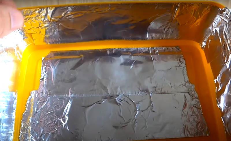 Фольгу нужно наклеить на дно и стенки контейнера, но так, чтобы эти две части не соприкасались